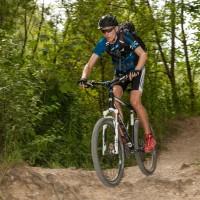 Fit auf den Mountainbike durch Training